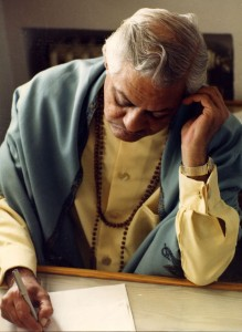 Gururaj Ananda escribiendo