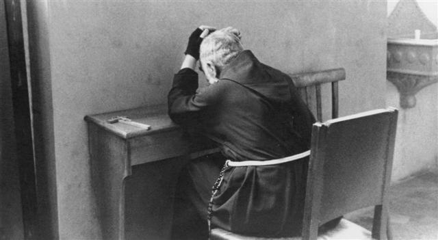 Rezamos a Dios por nuestra debilidad. Padre Pio rezando