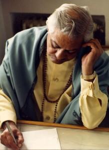 Gururaj Ananda escribiendo