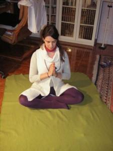 mujer en posición de meditación haciendo el saludo Namaste