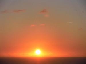 El amanecer de la meditación. Fotografia de un sol amaneciendo alegoría de el amanecer de la meditación